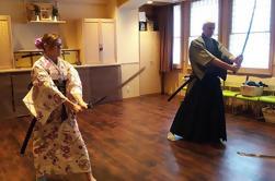 Experiencia auténtica de la espada japonesa con la ceremonia del té, la caligrafía japonesa y las opciones de ajuste del kimono