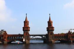 Cruzeiro no Rio Spree, de meio-dia, no Oriente e no Ocidente de Berlim