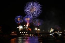 Crucero de cena de fuegos artificiales de San Esteban con espectáculo de piano y visitas turísticas