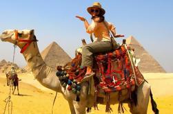Excursão de um dia às pirâmides de Gizé e vila faraônica com passeio de camelo