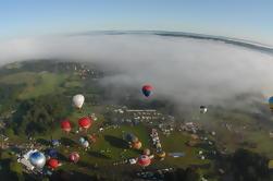 Vuelo del globo del aire caliente de la salida del sol en la fiesta del globo de Bristol
