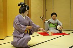 Desempeño y entretenimiento auténticos de geisha, incluyendo una cena en el curso Kaiseki