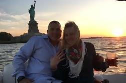 Propuesta de matrimonio al atardecer de la Ciudad de Nueva York a bordo de Powerboat de lujo