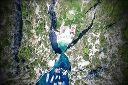 Tour en grupo pequeño: Cueva Azul y 5 islas en un día con natación y snorkel
