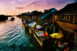 Ver Zhujiajiao pueblo de agua y la ciudad de Shanghai en un día