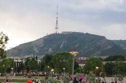 Cena en el restaurante Funicular en el parque Mtatsminda de Tiflis