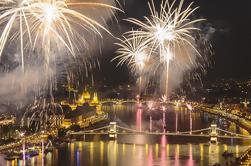 Crucero de la cena de la celebración del día de St Stephen con los fuegos artificiales