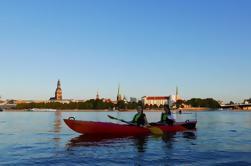 Excursión nocturna de Kayak de Riga en el río Daugava, incluyendo comida de picnic