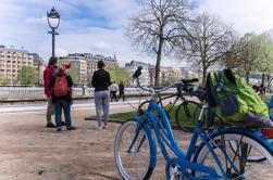 Vuelta en bicicleta por el grupo pequeño en San Sebastián