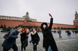 Moskou Achter de Pictogrammen met Pushkinskaya Rode Plein en St Basilkathedraal vanuit een lokaal perspectief