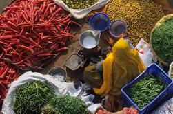 Tour Privado: Mercado de Verduras y Especias Visita con una Comida en un Local Agra