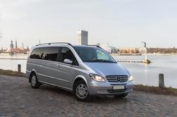 Traslado en minivan privado desde el aeropuerto de Riga hasta el centro de la ciudad de Riga